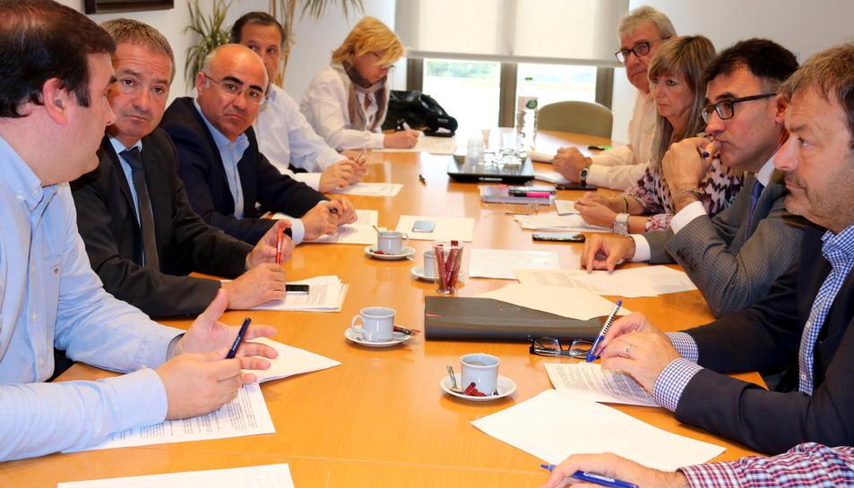 Pla general de la reunió del secretari d'Hisenda, Lluís Salvadó, amb els delegats del Govern de l'Ebre i Tarragona i els consells comarcals del Baix Camp i la Ribera d'Ebre.