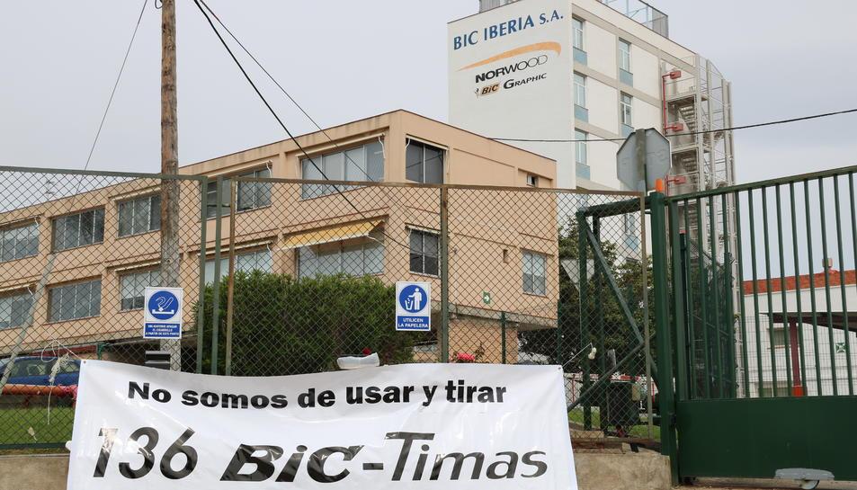 Exterior de l'empresa Bic Graphic a Tarragona, i d'un cartell penjat fora on s'hi llegeix que 'No som d'usar i tirar' i la xifra de '136' en referència als treballadors afectats per l'ERO, el 2 de maig del 2017