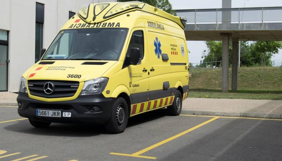 Pla general d'una ambulància de Suport Vital Avançat (SVA) aparcada a la base assistencial del SEM a l'Hospital de Sant Joan de Reus