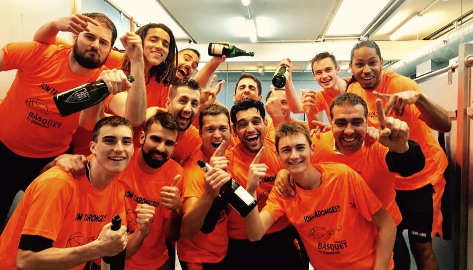 Els integrants de l'AB Vendrell celebrant l'ascens.
