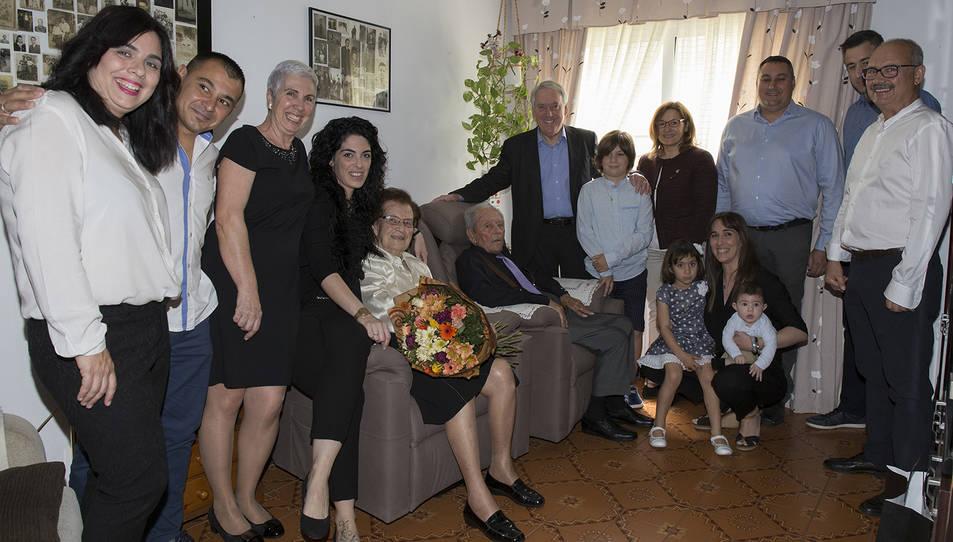 Rosario Ruiz i José Luis Vega amb la seva família durant la visita de l'alcalde i la regidora.