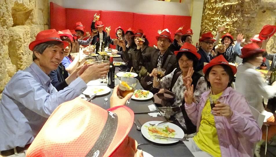 Els turistes han pogut gaudir d'un vermut i d'un dinar local.