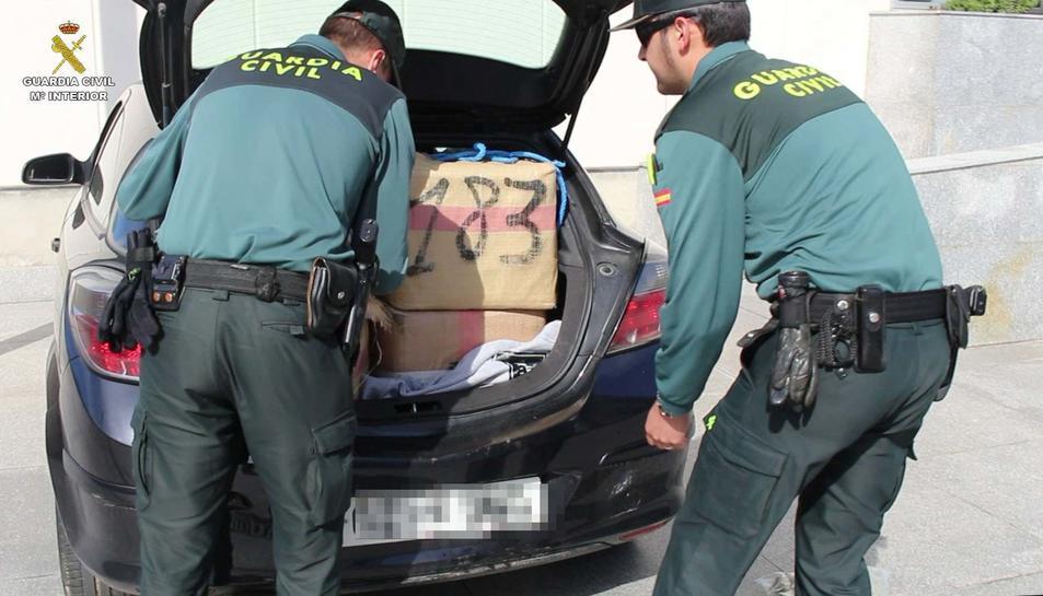 La Guàrdia Civil va interceptar el vehicle amb haixix i marihuana després que fos abandonat a Cambrils.