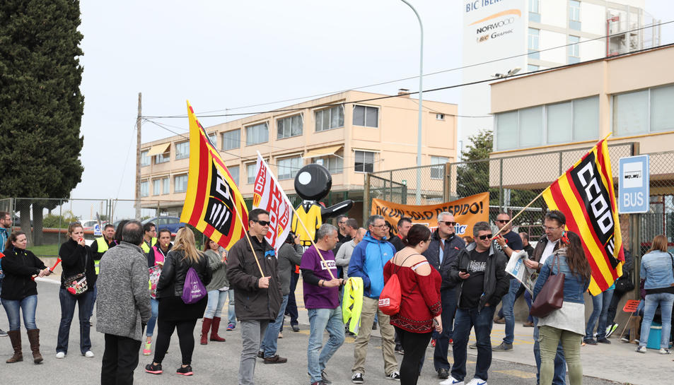 Els treballadors de BIC Graphic davant la seva planta a Tarragona manifestant-se contra l'acomiadament de 136 persones.