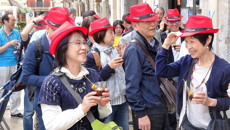 Els turistes han pogut gaudir d'un vermut i d'un dinar tradicional.