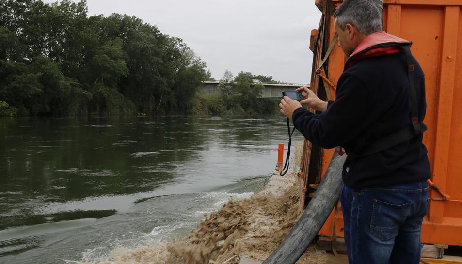 El coordinador del projecte Life Carles Ibàñez fent una fotografia mentre s'injectava la sorra al riu Ebre, aquest 3 de maig de 2017