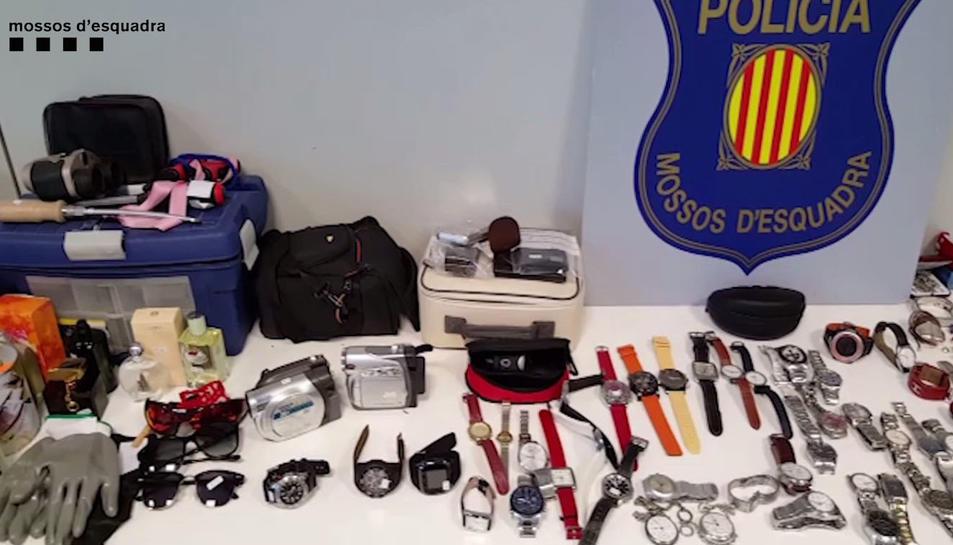 Joies, dispositius electrònics, rellotges i perfums són alguns dels objectes robats que es van trobar en l'escorcoll.