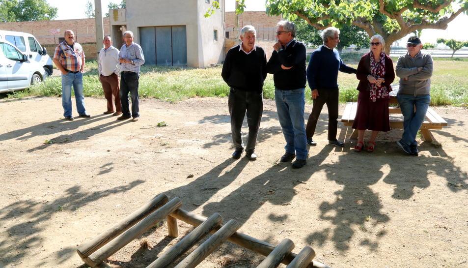 Alguns dels veïns de l'Aldea que s'han concentrat a l'Ermita del municipi per denunciar l'allau de robatoris.