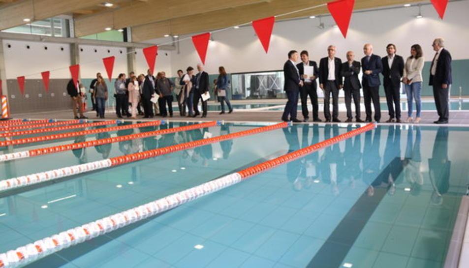 Les autoritats, a la zona de les piscines cobertes del nou complex Sant Jordi de Tarragona, en una visita a les instal·lacions, pràcticament enllestides, el 4 de maig del 2017.
