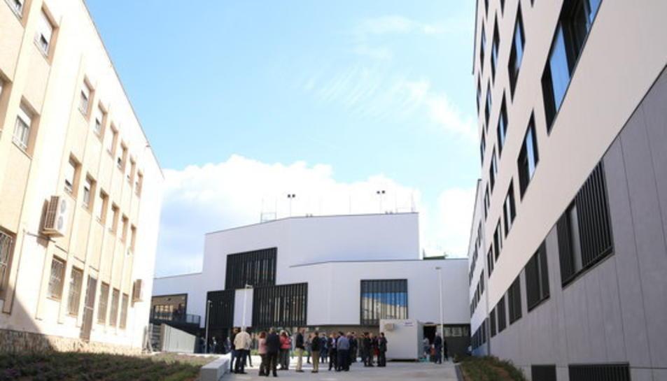 Panoràmica general del nou complex Sant Jordi a Tarragona, de la nova residència universitària -a la dreta-, mentre a l'altra banda queda l'edifici de l'antiga residència, en una visita en la recta final de les obres, el 4 de maig del 2017.