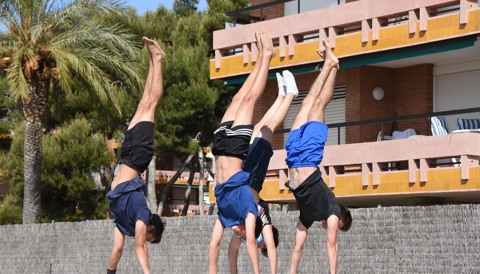 Un grup de joves practicament al nou parc d'esports de Torredembarra.