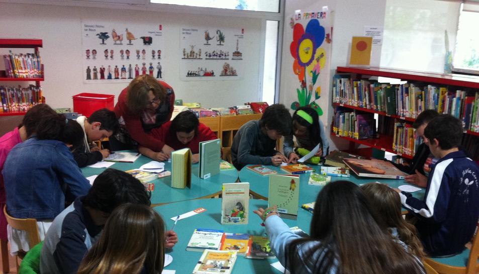 Imatge d'una sessió del club de lectura de La Penya dels Signes a les Biblioteques Municipals de Reus