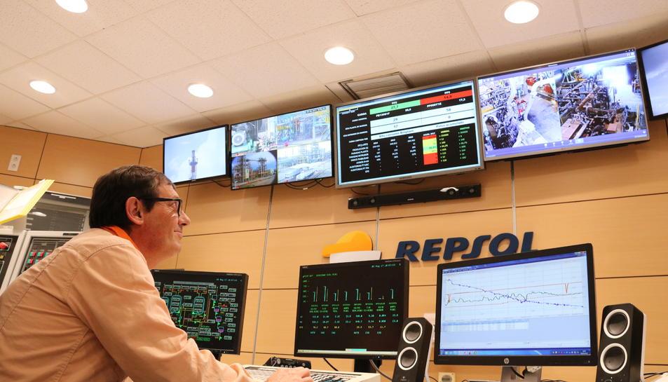 Un treballador de la sala de control de les plantes de polipropilè del complex industrial de Repsol a la Pobla de Mafumet, amb la nova il·luminació LED col·locada al sostre que simula la llum natural, en una imatge del 5 de maig del 2017