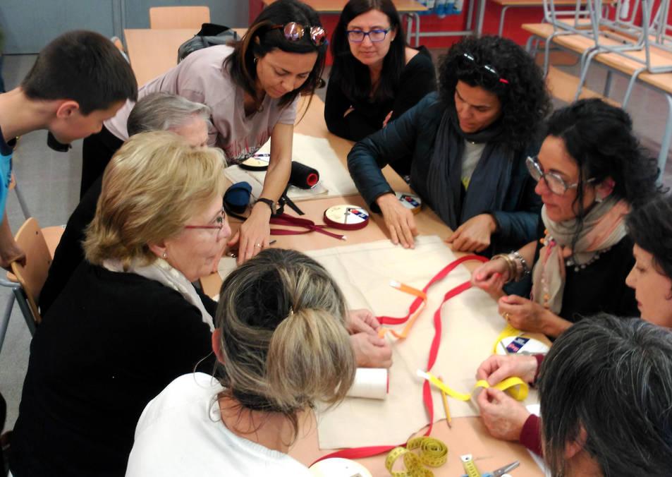 Imatge del grup de costura que està preparant els vestits.