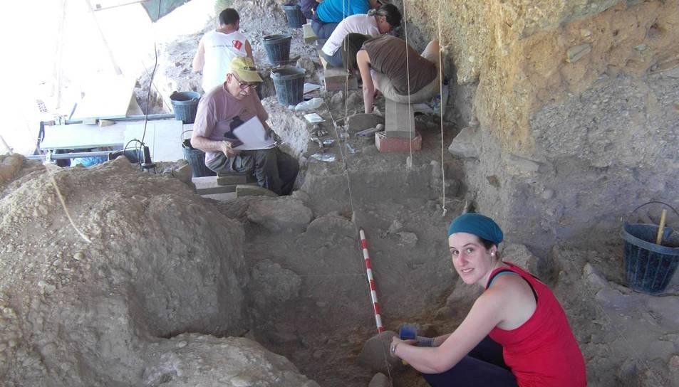 En primer terme, Anna Rufà durant una excavació al Molí del Salt.