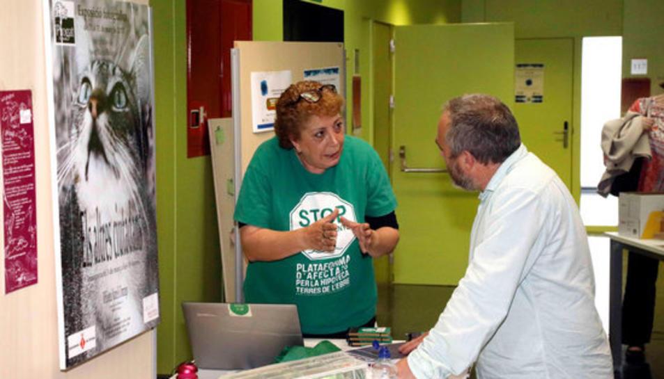 Una representant de la PAH Terres de l'Ebre explicant les propostes a un dels professors de la URV. Imatge del 4 de maig de 2017