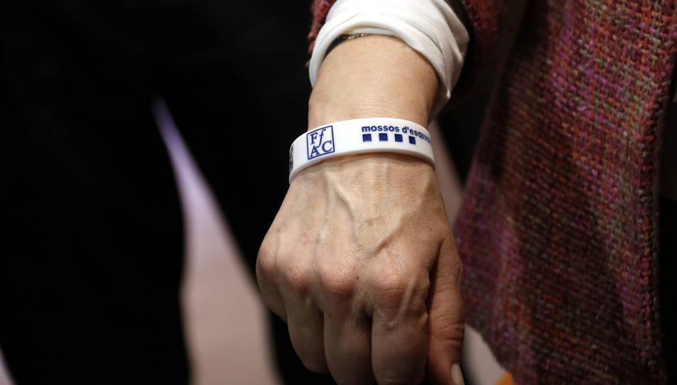 Una polsera amb codi QR per a les persones amb Alzheimer, amb els logotips de la FAFAC i els Mossos d'Esquadra.