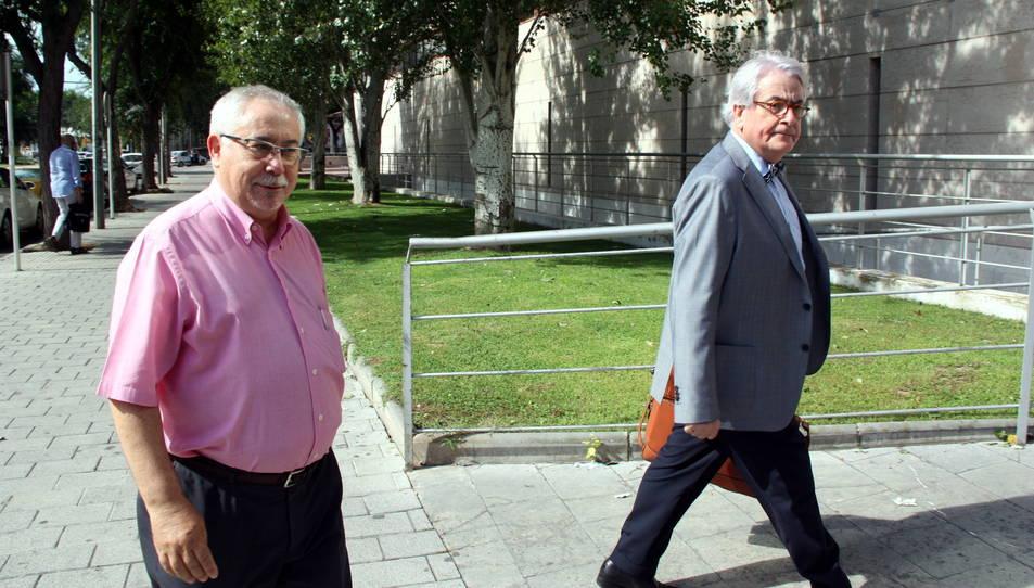 L'exalcalde de Reus Lluís Miquel Pérez (esquerra), arribant als jutjats acompanyat del seu advocat.