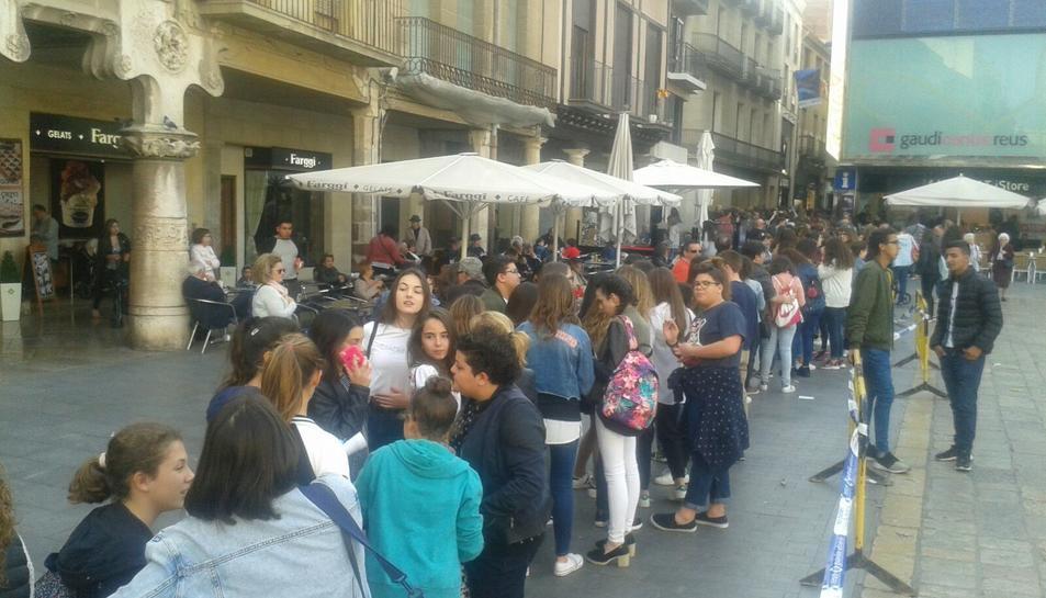 La cua de seguidors arribava fins a la plaça del Mercadal.