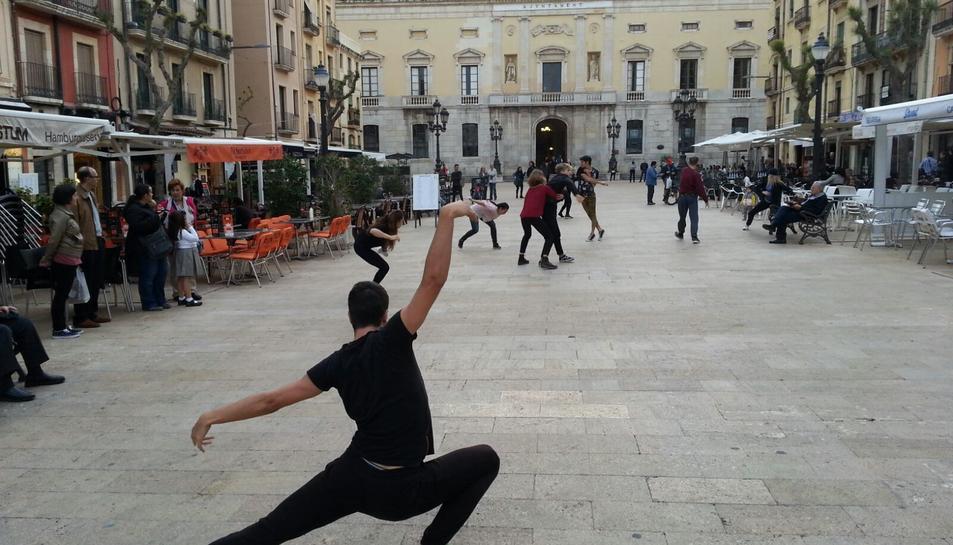 Imatge del tastet de l'espectacle 'Dantzapote' que la companyia Dantzaz va oferir ahir dijous als carrers de Tarragona.