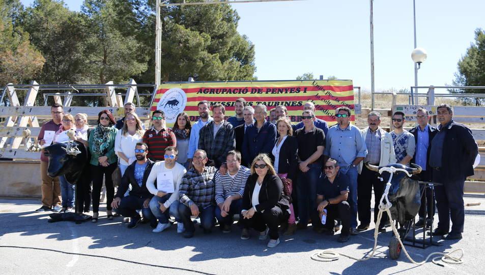 Foto de grup dels alcaldes i regidors amb membres de l'Agrupació de Penyes i Comissions Taurines de les Terres de l'Ebre.