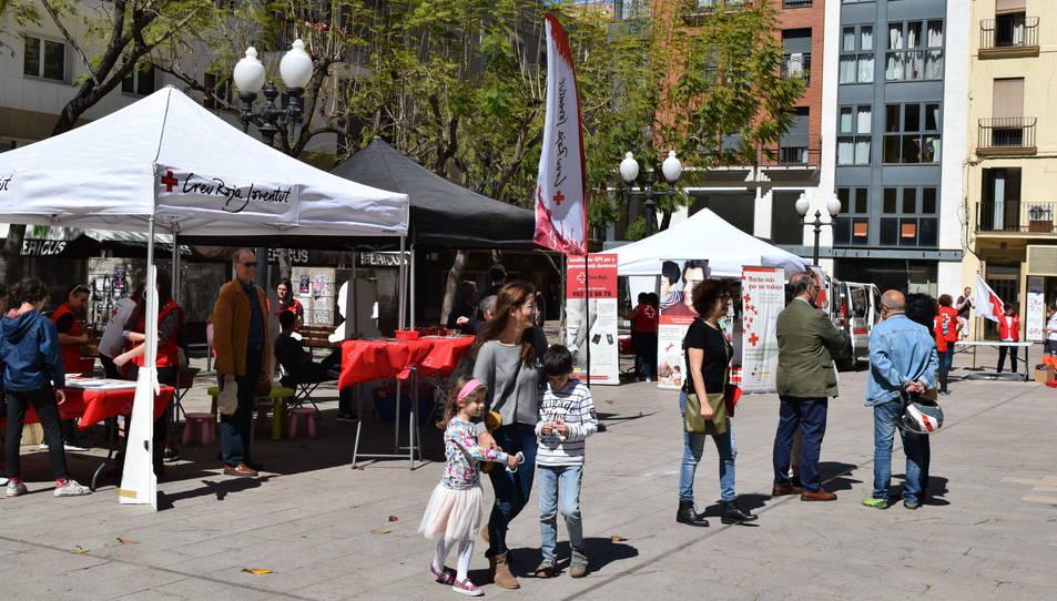 La plaça Verdaguer s'ha omplert amb estands informatius de la Creu Roja.