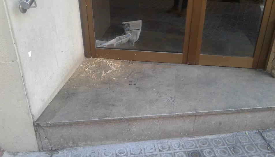 El vòmit aparegut al portal del número 1 del Carrer Ixart.