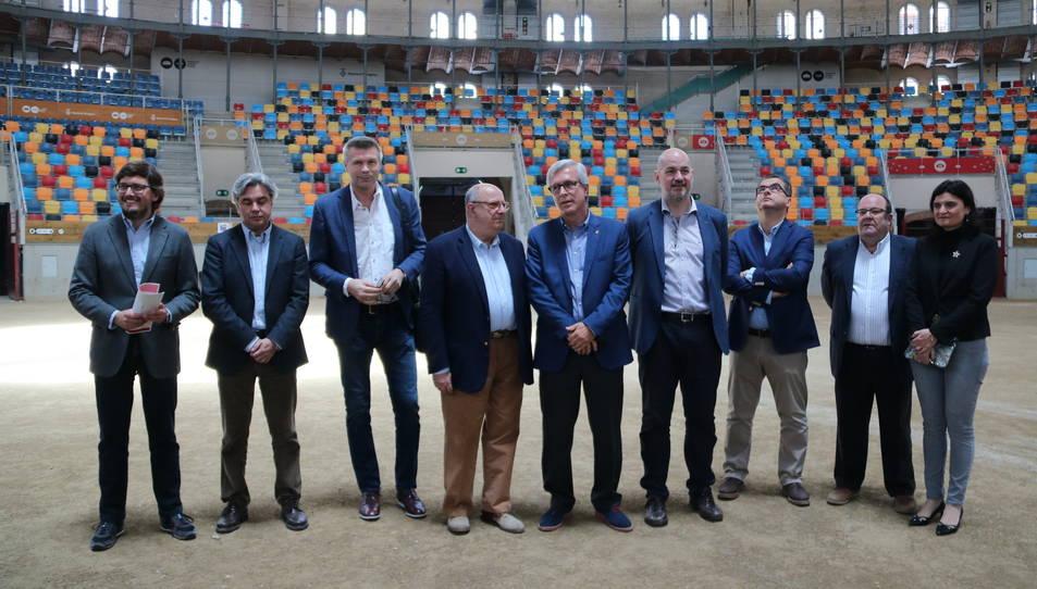 Foto de família de la delegació europea que ha visitat Tarragona amb l'alcalde, Josep Fèlix Ballesteros, a la Tàrraco Arena Plaça. Imatge del 07/05/2017