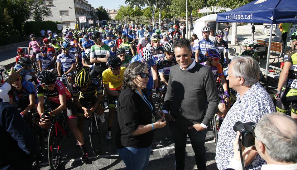 Imatges del moment de la sortida de la segona edició de la Clàssica Xavi Tondo de Valls, que ha comptata amb la presència de Miguel Indurain.