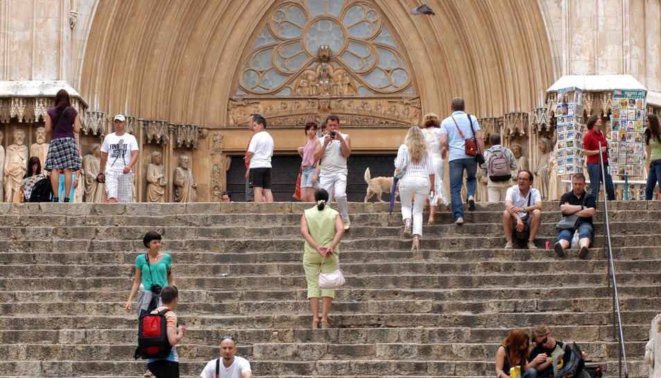 Imatge d'arxiu d'alguns turistes als voltants de la Catedral de Tarragona.