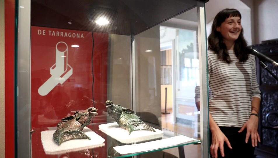 Els caps de mula, en primer terme, i l'arqueòloga Judit Ciurana durant la seva intervenció a la seu del Museu d'Història.