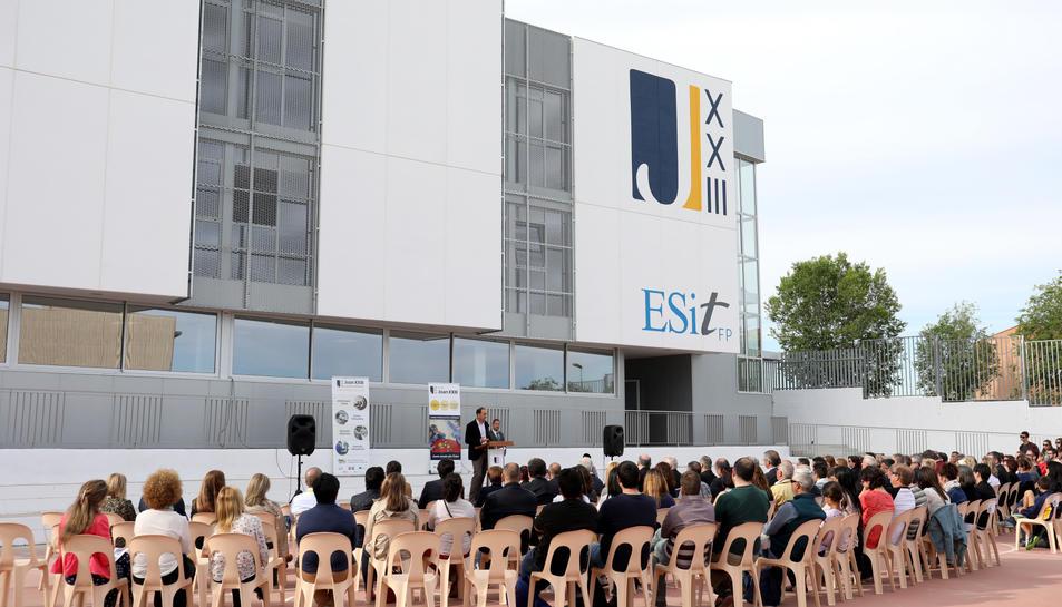 Alumnes i professors del centre van estar presents a la inauguració del nou edifici, al fons de la imatge.