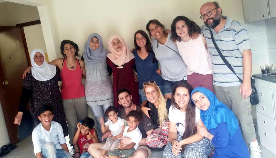 Membres de l'ONG amb alguns dels refugiats que han aconseguit atendre en pisos de lloguer.