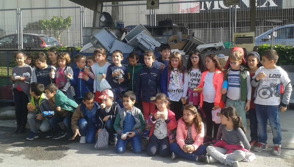 Fotografia de família dels alumnes que van visitar la deixalleria.
