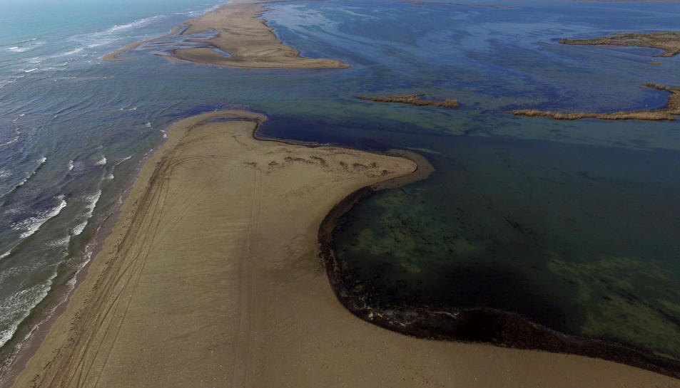 Imatge aèria del trencament de la barra de la platja de Buda amb el canal que comunica el mar i un dels calaixos. Imatge publicada el 9 de maig de 2017