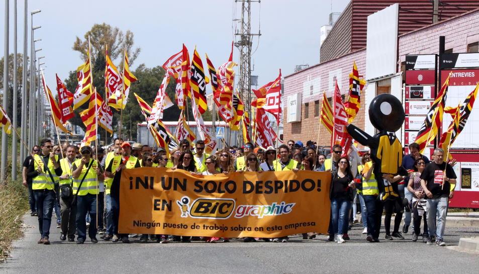 Els treballadors de BIC Graphic manifestant-se al polígon Entrevies de Tarragona.