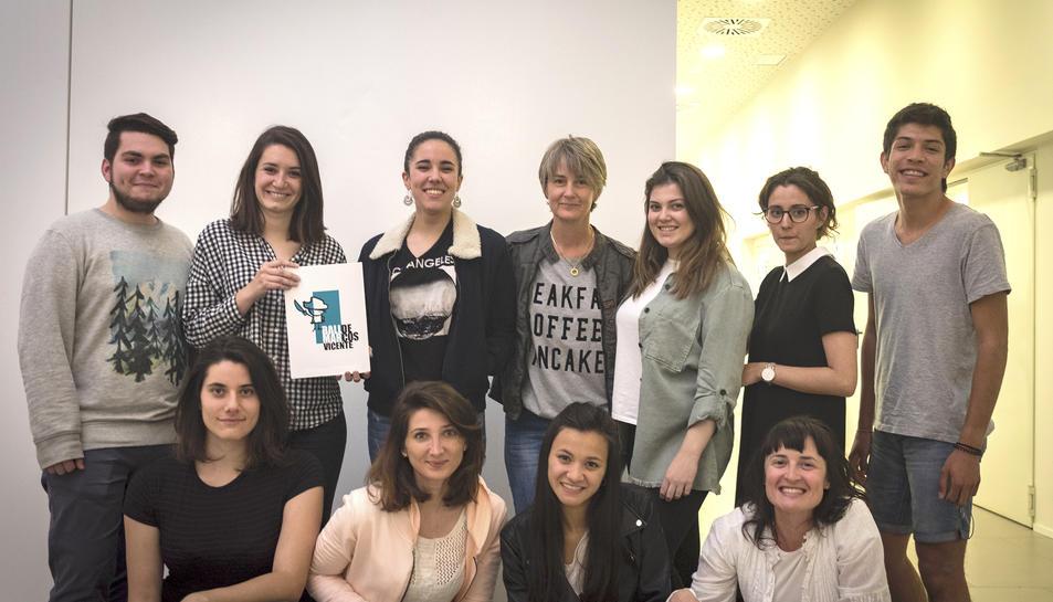 Els alumnes de l'escola d'Art i Disseny amb el logotip escollit, obra de Clara Vives.