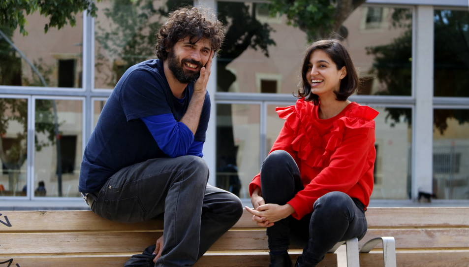 Imatge d'arxiu de Maria Arnal i Marcel Bagés asseguts en un banc de Barcelona.