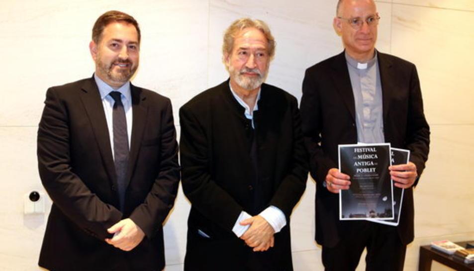 Alexis Gómez, director d'Institucions de CaixaBank a Tarragona; Jordi Savall, director artístic del Festival, i Octavi Vilà, abat de Poblet, el 9 de maig del 2017.