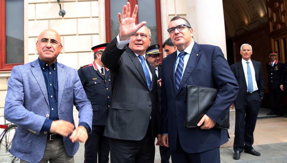 L'alcalde de Reus, Carles Pellicer, enraonant amb el conseller d'Interior, Jordi Jané, a les portes de l'Ajuntament de Reus.