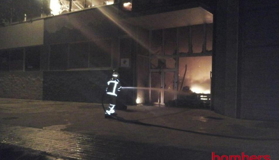 Tretze dotacions de Bombers van treballar en les tasques d'extinció de l'incendi.