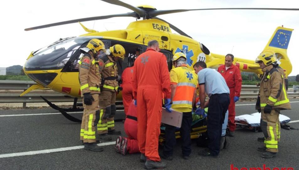 Un moment dels serveis mèdics i els Bombers procedint al trasllat del ferit amb helicòpter.