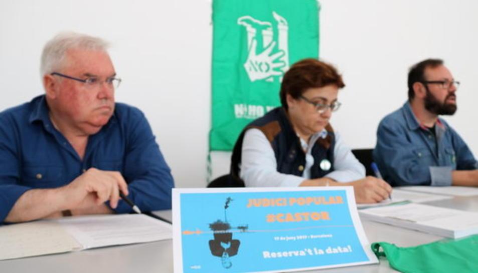 Pla general dels portaveus de la Plataforma del Sénia exposant la seva valoració sobre els informes del MIT i Harvard amb un cartell del Judici Popular contra el Castor del pròxim 17 de juny en primer pla.