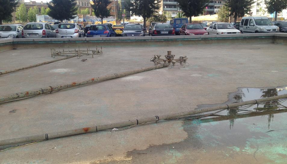 La gran font de la plaça principal dela zona està inutilitzada.
