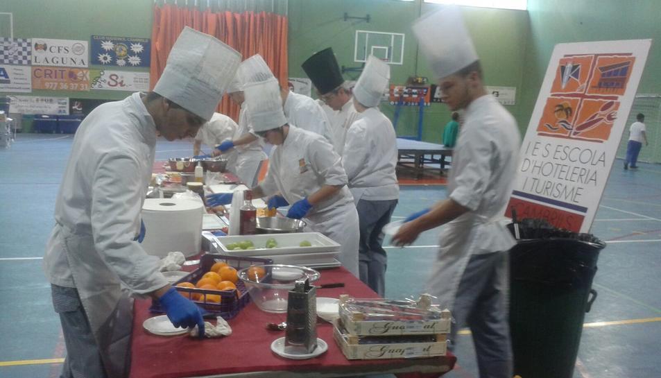 Alumnes de l'escola d'Hosteleria hi han col·laborat prepararnt esmorzars pels donants.