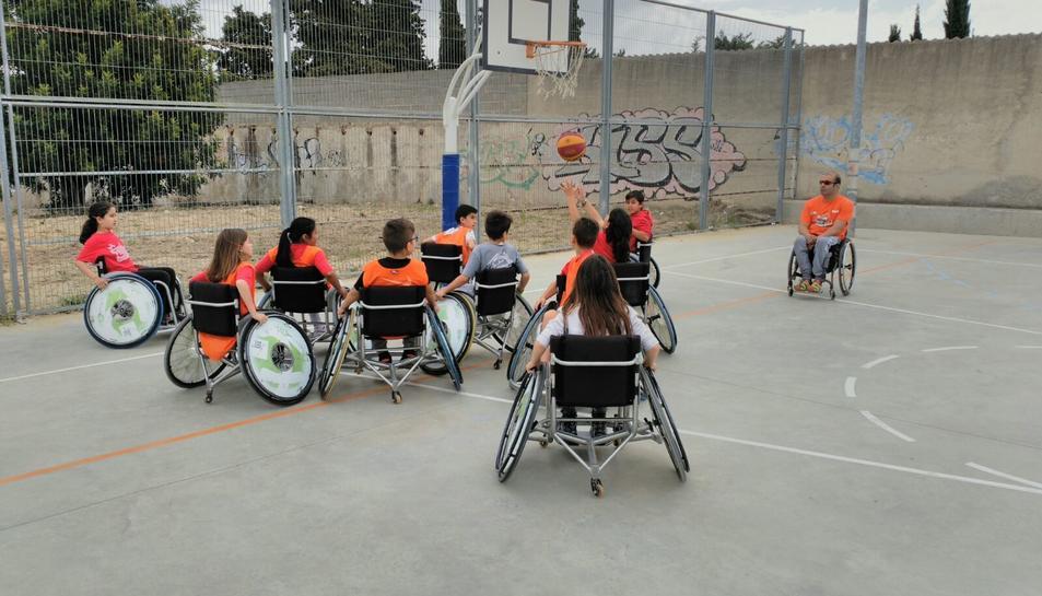 Els alumnes van jugar a bàsquet amb cadira de rodes.