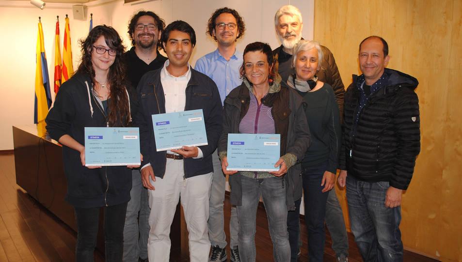 Fotografia de família de l'acte de lliurament dels premis, amb els tres guanyadors.