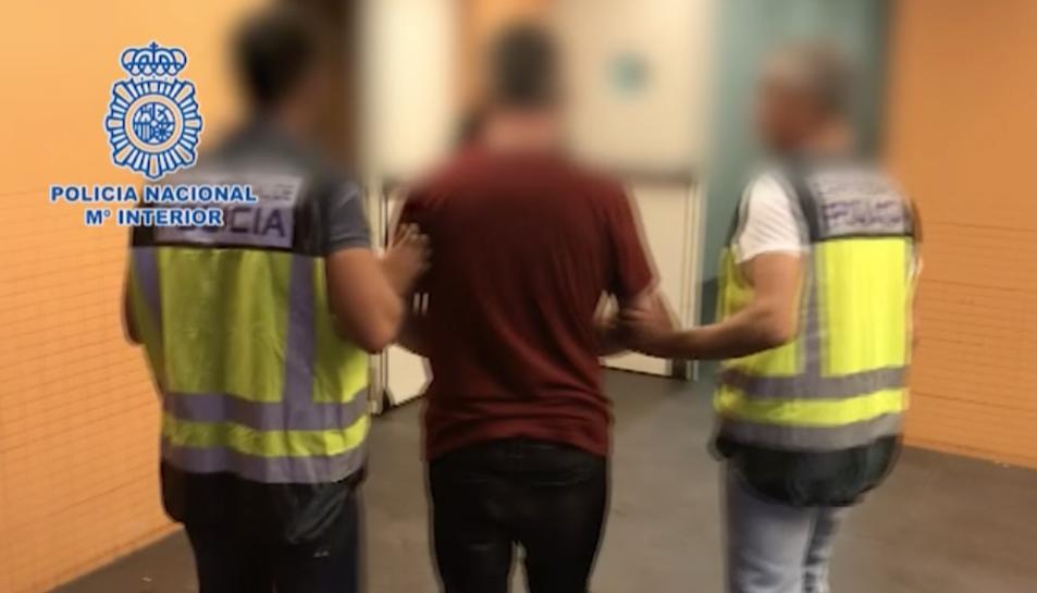 Un moment de la detenció de l'home per part d'agents de la Policia Nacional.