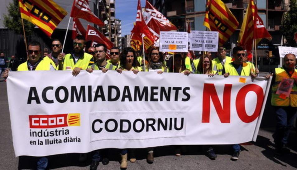 Pla general de la capçalera del bloc de treballadors de Codorniu a la manifestació del Primer de Maig a Lleida, l'1 de maig de 2017.