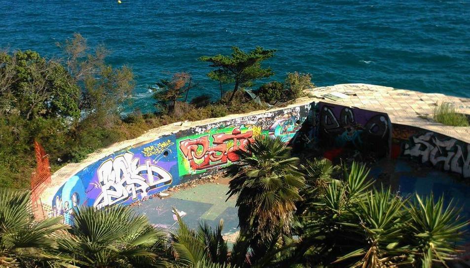 La piscina del xalet, amb el mar al fons.